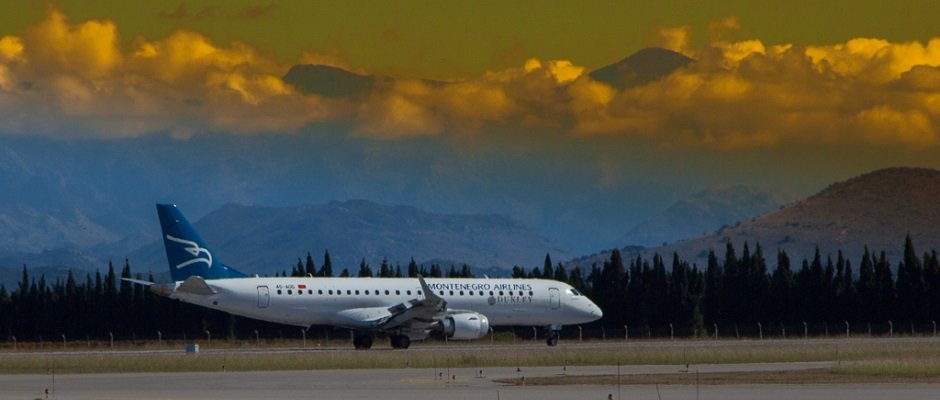 montenegro_airlines_embraer_030_b.jpg