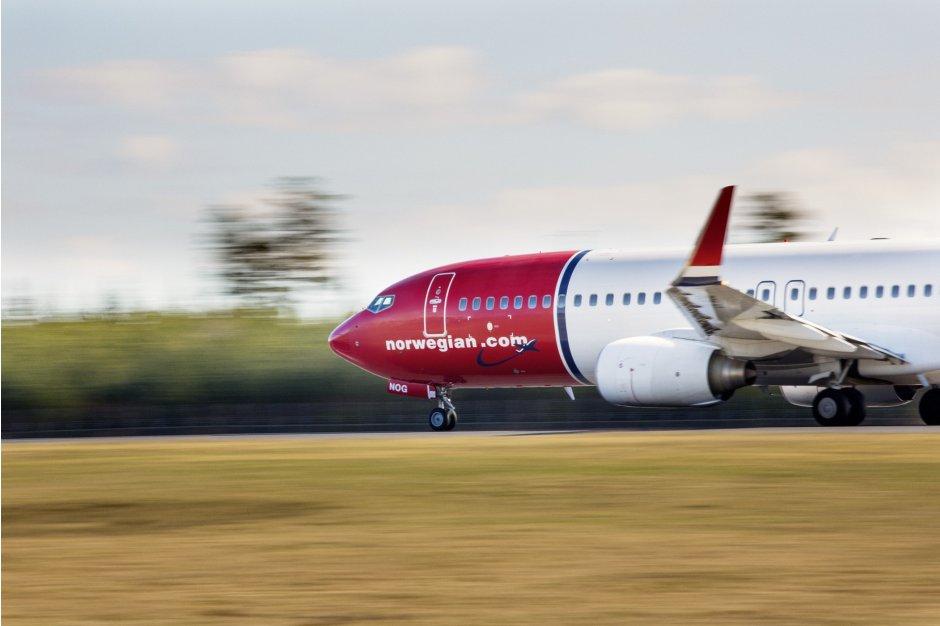 norwegian 737-800 landing
